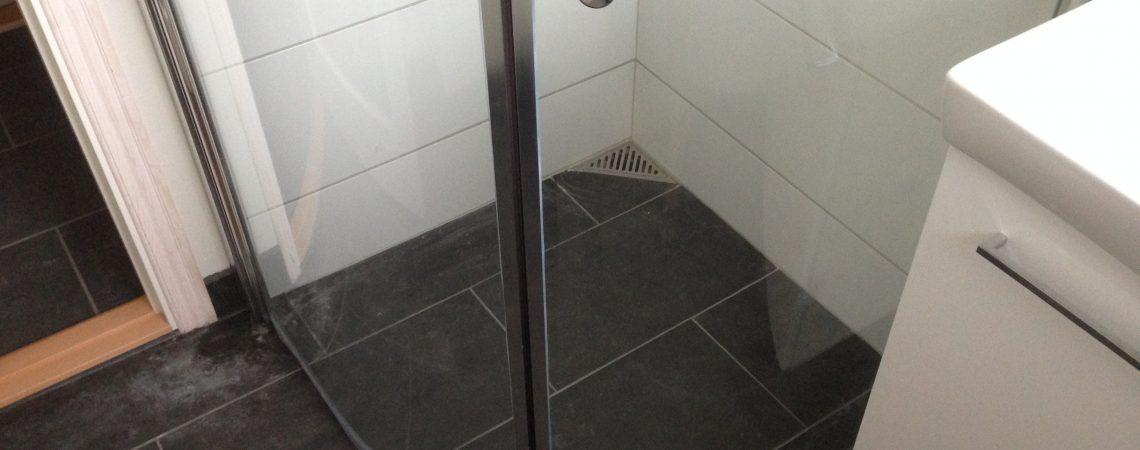 Gulv i badeværelse lavet af Tømrer- & Snedkerfirma Øllgaard i Esbjerg